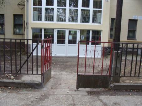 n_iskola-bejarat-elotte_001.jpg